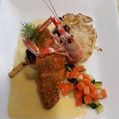 Brochette de Saint Jacques, filet de rouget barbet, farz pitilig et beurre blanc